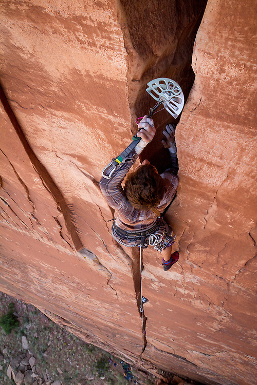 Kevander Baldwin plugs a #6 Black Diamond cam on the crux offwidth section of Cactus Flower, 5.10+.<br />