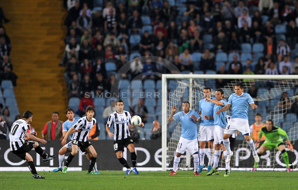 Udine, 29 Aprile 2012.Campionato di calcio Serie A 2011/2012.  35^ giornata. Stadio Friuli..Udinese vs Lazio. .Nella foto: prima conclusione pericolsa dell' Udinese su calcio di punizione di Antonio Di Natale..© foto di Simone Ferraro..ITALY, Udine : Udinese's Antonio Di Natale (L) kicks the ball during the Italian Seria A football match between Udinese and Lazio on April 29, 2012, at the Friuli Stadium in Udine. .© foto di Simone Ferraro