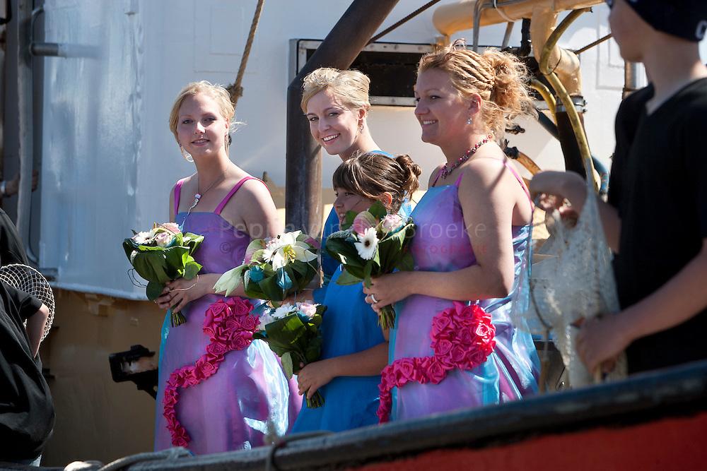 zoutkamp 1/6/2009. vlaggetjes feest . De nieuwe garnalen koningin (midden) foto: pepijn van den Broeke. kilometers: 75