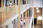Nederland, Nijmegen, 29-4-2014Zorgmedewerkers lopen in een academisch ziekenhuis.FOTO: FLIP FRANSSEN/ HOLLANDSE HOOGTE