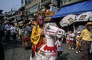 Hong Kong. adult's parade during Bun's festival  on, Cheng chau island. hong Kong  / festival des petits pains , le defile des adultes. Cheng chau island.    / R227/24    L3052  /  R00227  /  P0005642