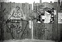 Berlin februar 2012.<br /> Tagging og plakater på en treport i Berlin.<br /> Foto: Svein Ove Ekornesvåg