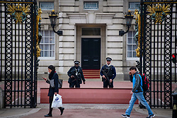 © Licensed to London News Pictures. 04/05/2017. London, UK. Armed police on guard at Buckingham Palace, the home of Queen Elizabeth II, where an emergency meeting of staff has reportedly been called. An announcement by the Palace is is expected this morning.  Photo credit: Ben Cawthra/LNP