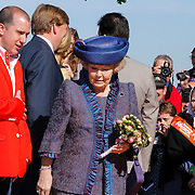 NLD/Rhenen/20120430 - Koninginnedag 2012 Rhenen, koninging Beatrix met voorzitter oranje vereniging
