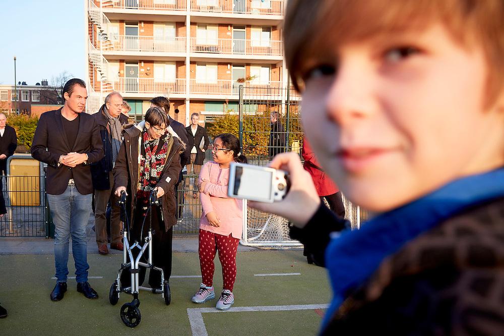DEN HAAG, 11 november 2016.<br /> Elk kind moet met zijn leeftijdsgenoten mee kunnen doen. Ook als er thuis weinig te besteden is. Een kind moet de kans hebben om zijn verjaardag te vieren, te genieten van het maken van muziek, te leren winnen en verliezen op het sportveld en leuke dingen te doen in de zomervakantie. Daarom trekt het kabinet vanaf 2017 elk jaar 100 miljoen euro extra uit voor zaken als contributie voor een sportclub, dansles en een schoolreisje voor kinderen waarvan de ouders dit niet zelf kunnen betalen. Nu moeten we er voor zorgen dat alle kinderen die het nodig hebben worden bereikt en dat zij krijgen waar ze behoefte aan hebben. <br /> Daar wordt vrijdag 11 november een belangrijke stap in gezet. Dan ondertekenen staatssecretaris Jetta Klijnsma van SZW namens het kabinet en commissievoorzitter Arjan Vliegenthart namens de Vereniging van Nederlandse Gemeenten (VNG) bestuurlijke afspraken over de ambitie om alle kinderen in Nederland mee te kunnen laten doen.<br /> Gemeenten hebben de regie in het armoedebeleid en hebben daarbij aandacht voor de positie van kinderen. In veel gemeenten zijn stichtingen en fondsen een belangrijke partner om kinderen die in een arm gezin opgroeien mee te laten doen. Samen met onder meer scholen en centra voor jeugd en gezin ondersteunen zij  gemeenten in het bereiken van de kinderen. Vijf organisaties die zich specifiek op deze kinderen richten slaan de handen ineen en bieden vrijdag hun plan aan.<br /> FOTO MARTIJN BEEKMAN