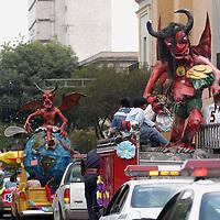"""Toluca, Mex.- Figuras denominadas """"Judas"""" desfilan por las calles de centro de Toluca exhibiendolas sus creadores al participar en un concurso anual previo a su quema el proximo sabado de gloria. Agencia MVT / Luis Enrique Hernandez V. (DIGITAL)<br /> <br /> <br /> <br /> <br /> <br /> <br /> <br /> NO ARCHIVAR - NO ARCHIVE"""