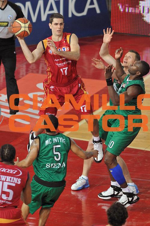 DESCRIZIONE : Roma Lega A1 2007-08 Playoff Finale Gara 3 Lottomatica Virtus Roma Montepaschi Siena<br /> GIOCATORE : Rodrigo De La Fuente<br /> SQUADRA : Lottomatica Virtus Roma <br /> EVENTO : Campionato Lega A1 2007-2008 <br /> GARA : Lottomatica Virtus Roma Montepaschi Siena <br /> DATA : 08/06/2008 <br /> CATEGORIA : Passaggio<br /> SPORT : Pallacanestro <br /> AUTORE : Agenzia Ciamillo-Castoria/E. Grillotti