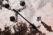 Zaragoza. Plaza del Justicia. Sombras. Farola. Farol. Luz. Empedrado. Suelo. 20-05-2009.  Julio E. Foster©