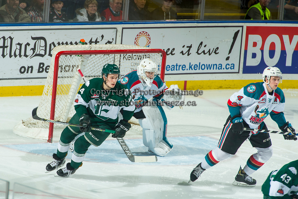 KELOWNA, CANADA - FEBRUARY 2:  Riley Sutter #14 of the Everett Silvertips skates past the net of Brodan Salmond #31 of the Kelowna Rockets on FEBRUARY 2, 2018 at Prospera Place in Kelowna, British Columbia, Canada.  (Photo by Marissa Baecker/Shoot the Breeze)  *** Local Caption ***