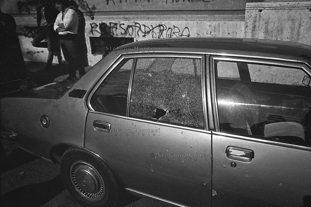Roma 9 ottobre 1982.Attentato alla Sinagoga di Roma da parte di un commando palestinese.L'attentato avvenne di sabato mattina, alla fine dello Shemin&igrave; Atzeret che chiude la festa di Sukkot.L'attentato caus&ograve; la morte di Stefano Gay Tach&egrave; di soli due anni ed il ferimento di 37 persone. Una automobile colpita dalle scheggie dell'esplosione.<br /> Rome October 9, 1982.<br />  Attack on the synagogue in Rome by a commando palestinian. Attack was on a Saturday morning, at the end of Shemini Atzeret, which closes the holiday Sukkot. Attack caused the death of Stefano Gay Tache of  only two years and the wounding of 37 people. A car hit by shrapnel explosion during  attack on the synagogue in Rome by a commando palestinian