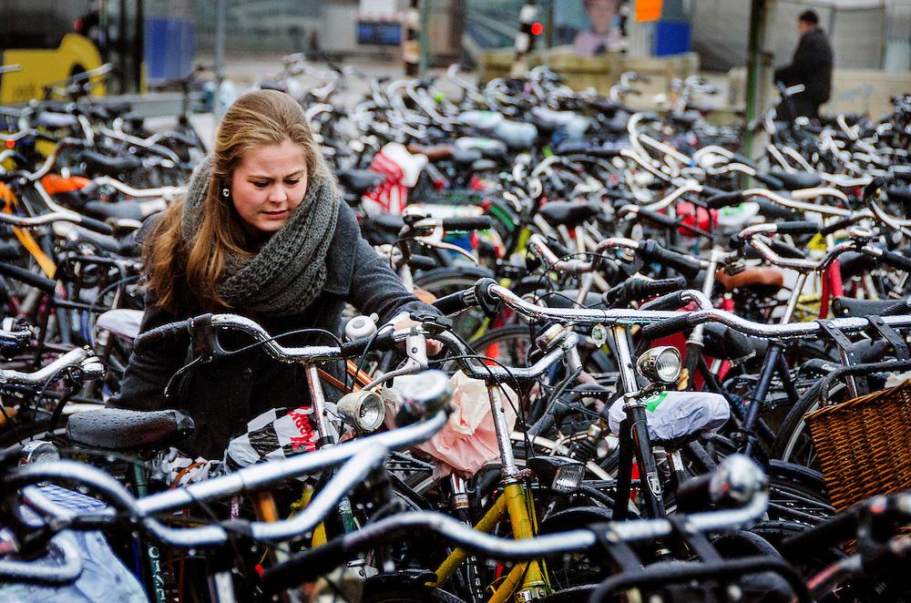 Nederland, Utrecht, 23 jan 2014<br /> Fietsenstalling bij het Centraal Station van Utrecht. <br /> In Utrecht is in de stationsbuurt een enorm tekort aan fietsenstallingen. Op een paar plekken staat een zee van fietsen.<br /> Foto: Michiel Wijnbergh