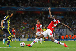 27.08.2013, Emirates Stadion, London, ENG, UEFA CL Qualifikation, FC Arsenal vs Fenerbahce Istanbul, Rueckspiel, im Bild Arsenal's Yaya Sanogo stretches for the ball during the UEFA Champions League Qualifier second leg match between FC Arsenal and Fenerbahce Istanbul at the Emirates Stadium, United Kingdom on 2013/08/27. EXPA Pictures © 2013, PhotoCredit: EXPA/ Mitchell Gunn<br /> <br /> ***** ATTENTION - OUT OF GBR *****