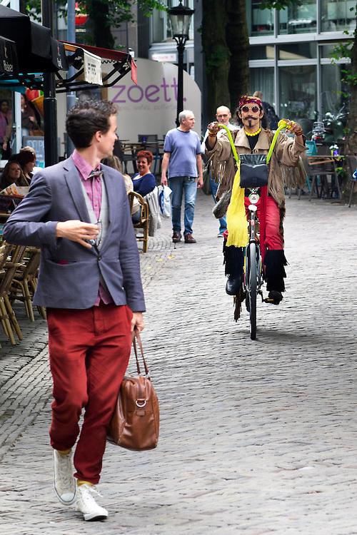 In Utrecht fietst Pierre met zijn tot easy rider omgebouwde stadsfiets door het centrum. Hij is een bekende en opvallende verschijning in Utrecht. In het dagelijks leven is Pierre boekhouder.<br /> <br /> Pierre cycles on his self tuned easy rider bike downtown Utrecht. In daily life Pierre works as accountant.