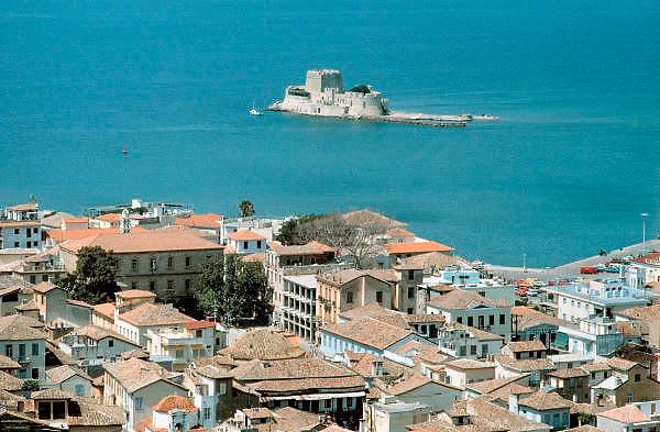 Griekenland, Nafplion, 5-7-1981Uitzicht op het Venetiaans fort in de baai. Op de voorgrond de stad.Foto: Flip Franssen