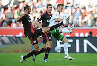 FUSSBALL   1. BUNDESLIGA   SAISON 2011/2012    2. SPIELTAG Bayer 04 Leverkusen - SV Werder Bremen              14.08.2011 Markus ROSENBERG (re, Bremen) gegen Oemer TOPRAK (li) und Stefan REINARTZ (Mitte, beide Leverkusen)