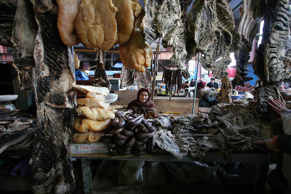Ein Marktstand mit Trockenfleisch in Machatschkala, Dagestan. A woman sells dried meat at her market stand in Makhachkala, Dagestan.