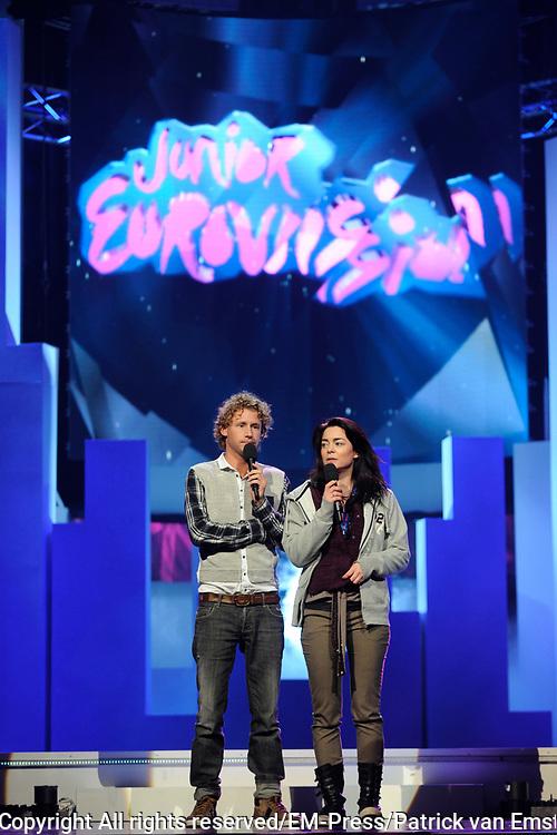 Dress rehearsal Junior Eurovisie Songfestival 2012 in de Heineken Music Hall.<br /> <br /> op de foto:  Presentatoren Ewout Genemans en Kim-Lian van der Meij
