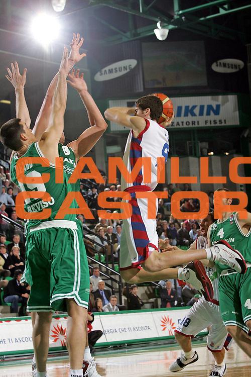 DESCRIZIONE : TREVISO EUROLEGA A1 2004-2005 <br /> GIOCATORE : VIDAL <br /> SQUADRA : TAU VITORIA <br /> EVENTO : EUROLEGA 2004-2005 <br /> GARA : BENETTON TREVISO-TAU VITORIA <br /> DATA : 19/01/2005 <br /> CATEGORIA : Passaggio <br /> SPORT : Pallacanestro <br /> AUTORE : Agenzia Ciamillo-Castoria/S.Silvestri