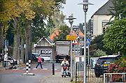 Nederland, Millingen aan de Rijn, 1-10-2014De Heerbaan, hoofdstraat door het centrum van Millingen. Gemeente Millingen zal bestuurlijk samengaan met Ubbergen en Groesbeek. Het is een artikel 12 gemeente, te klein om zichzelf te bedruipen en heeft grote bestuurlijke problemen. Centrum van de Millingerwaard. De winkelruimte van de vroegere supermarkt staat te koop.Foto: Flip Franssen/Hollandse Hoogte