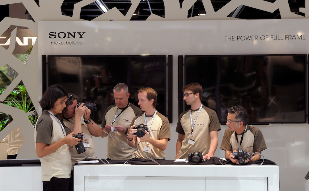 Deutschland,Nordrhein-Westfalen,Photokina ein Tag vor Eröffnung der weltgrössten Fotomesse. Mitarbeiter der Firma SONY veim Ausprobieren der digitalen Kameras |  Germany, Cologne, photokina one day before the opening of the photo fair. Sony  | .