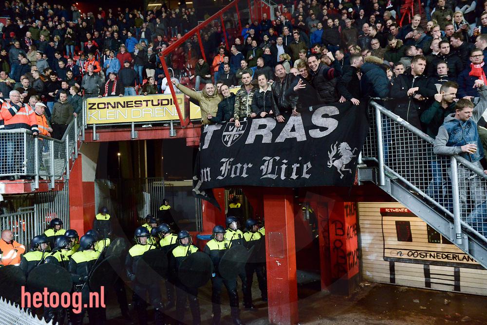 nederland, enschede FCTwente PSV 2-2 In de laatste minuut scoorde twente gelijk en daar door kan psv geen landskampioen meer worden. in de tweede helft deed de politie een inval in het supportershome van vakp en vond drugs.