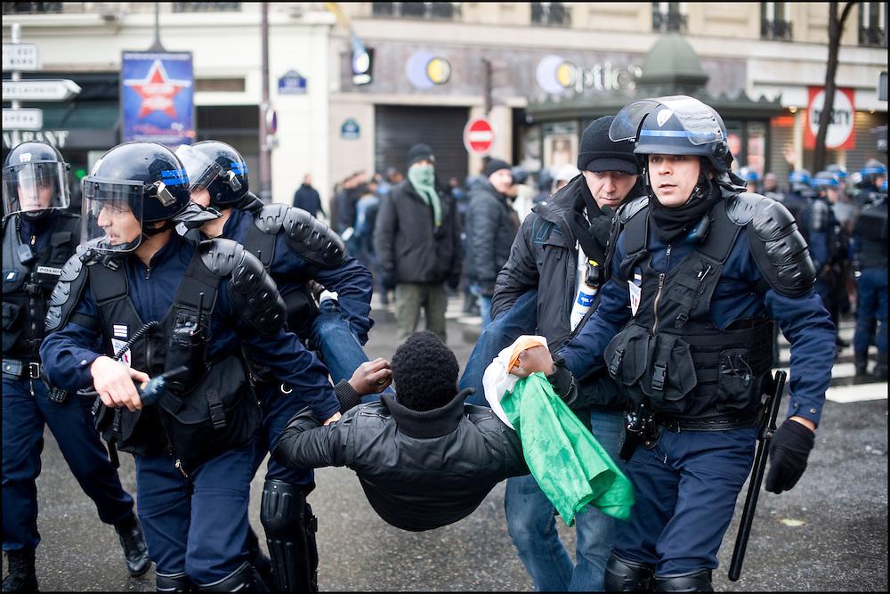 Un manifestant pro Ouattara est interpellé, place de la république à Paris.