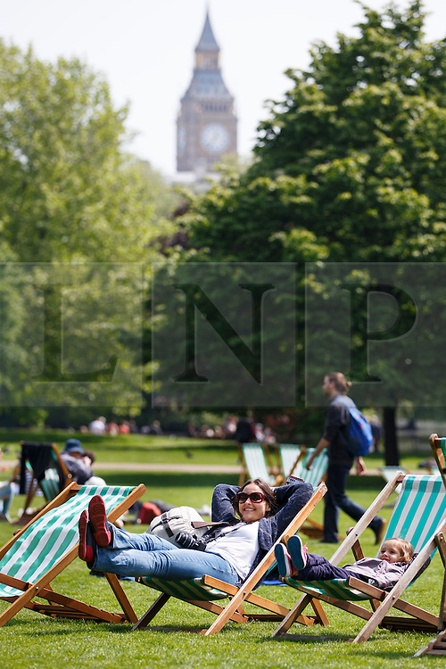 © licensed to London News Pictures. London, UK 05/05/2014. People enjoying the sunshine and bank holiday in St James's Park in central London on Monday, May 5, 2014. Photo credit: Tolga Akmen/LNP