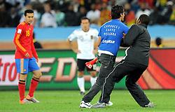 07.07.2010, Moses Mabhida Stadium, Durban, SOUTH AFRICA, Deutschland GER vs Spanien ESP im Bild ein Flitzer unterbrach die Partie in der ersten Halbzeit, EXPA Pictures © 2010, PhotoCredit: EXPA/ InsideFoto/ Perottino *** ATTENTION *** FOR AUSTRIA AND SLOVENIA USE ONLY! / SPORTIDA PHOTO AGENCY