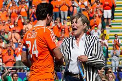THE HAGUE - Rabobank Hockey World Cup 2014 - 15-06-2014 - MEN - FINAL AUSTRALIA - THE NETHERLANDS 6-1 - Heleen Welscher geeft Robert van der Horst de zilveren medaille.<br /> Copyright: Willem Vernes
