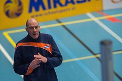 14-02-2016 NED: Nederland - Oekraine, Houten<br /> De Nederlandse paravolleybalsters speelde een vriendschappelijke wedstrijd tegen Europees kampioen Oekraïne. De equipe van bondscoach Pim Scherpenzeel bereidt zich tegen Oekraïne voor op het Paralympisch kwalificatietoernooi in China, dat in maart wordt gespeeld /  Bondscoach Pim Scherpenzeel