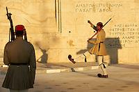 Grece, Attique, Athenes, releve de la garde présidentielle devant le parlement par les Evzones devant le Monument du soldat inconnu// Greece, Attica, Athens, Syntagma Square, Parliament Buildings, Evzone Guards during the changing of the guard ceremony at the tomb of the unknown soldier