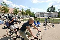 28 JUN 2003, NEUHARDENBERG/GERMANY:<br /> Die Jugend von Neuhardenbuirg schein wenig beeindruckt von 1ournalisten und Medien, die anl. der Klausurtagung des Bundeskanbinetts vor Schloss Neuhardenberg warten, Brandenburg<br /> IMAGE: 20030628-01-110<br /> KEYWORDS: Kabinett, Sitzung, Klausur, Kabinettsklausur, Schloß Neuhardenberg