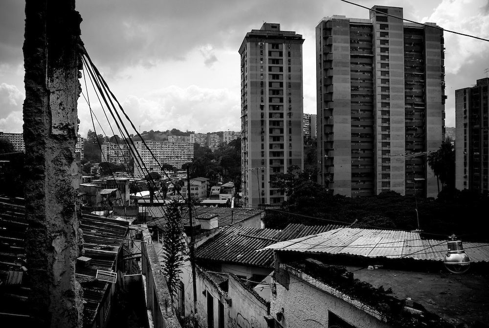 """APUNTES SOBRE MI VIDA: LA PASTORA I - 2009/10<br /> Photography by Aaron Sosa<br /> Sector """"Cristo al reves"""" . Al fondo se aprecian los edificios de Las Residencias de Metro y los Bloques del 23 de Enero.<br /> La Pastora, Caracas - Venezuela 2009<br /> (Copyright © Aaron Sosa)"""