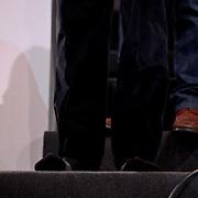 NLD/Hilversum/20100121 - Benefietactie voor het door een aardbeving getroffen Haiti, Beau van Erven Dorens heeft zijn schoenen verkocht en loopt op sokken
