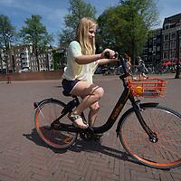 Nederland, Amsterdam, 9 juli 2017.<br /> De Amsterdamse start-up FlickBike test deze zomer een naar eigen zeggen &lsquo;vernieuwend deelfietsconcept&rsquo;. Het experiment omvat duizend fietsen, die realtime te vinden zijn via een gratis app. Gebruikers downloaden de app, zoeken een fiets in de buurt en openen het fietsslot met hun telefoon.<br /> <br /> Anders dan bij veel bestaande deelfietsconcepten, laten fietsers een FlickBike gewoon achter op hun bestemming. Teruggaan naar een huurstalling of fietsverhuurstation is niet meer nodig.<br /> <br /> <br /> Foto: Jean-Pierre Jans