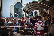 Un hombre saluda al Cristo Jesús Nazareno después de una espera en ayunas de hasta 10 horas bajo el sol por la gran cantidad de peregrinos que llegan a Huaynamota para la Semana Santa.