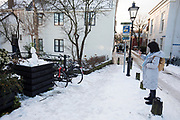 In Museum Hilversum wordt de expositie geopend van het televisieprogramma Het Perfecte Plaatje, waarin bekende Nederlanders foto-opdrachten moeten uitvoeren. De tentoonstelling wordt direct na de laatste uitzending geopend.In Utrecht fotografeert een vrouw een sneeuwpop met haar telefoon.<br /> <br /> In Utrecht a woman photographs a snowman with her phone.