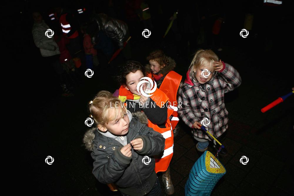 AMMERZODEN - Er werd een speciale lampionnenoptocht gehouden door het centrum van Ammerzoden waar ook zwarte Pieten bij waren. FOTO LEVIN DEN BOER / PERSFOTO.NU