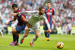 25.10.2014, Estadio Santiago Bernabeu, Madrid, ESP, Primera Division, Real Madrid vs FC Barcelona, 9. Runde, im Bild Real Madrid´s Sergio Ramos (R) and Barcelona´s Luis Suarez // during the Spanish Primera Division 9th round match between Real Madrid CF and FC Barcelona at the Estadio Santiago Bernabeu in Madrid, Spain <br /> <br /> ***** NETHERLANDS ONLY *****