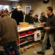 Lange rij voor de winkel vuurwerkverkoop Ijzerhandel Vos Huizen, mensen, wachten, bestelling, actie, toonbank, verkoop, balie,