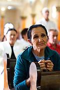 Tres Pontas_MG, Brasil..Fiel rezando na igreja matriz de Tres Pontas, Minas Gerais..A woman praying in Catholic church in Tres Pontas, Minas Gerais..Foto: MARCUS DESIMONI / NITRO