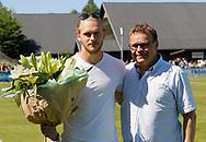 FODBOLD: Martin Koch (FC Helsingør) fik overrakt blomster af direktør Janus Kyhl, inden karrieren fortsættes i HB Køge, før kampen i NordicBet Ligaen mellem FC Helsingør og Næstved Boldklub den 27. maj 2017 på Helsingør Stadion. Foto: Claus Birch
