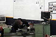 Nederland, Gennep, 1-12-2003..Leerling van een vmbo school werkt op de metaal afdeling met een draaibank aan een werkstuk. Technisch onderwijs, basisvorming, techniek, leesproblemen, dyslexie, beroepsonderwijs, vakmanschap, opleiding...Foto: Flip Franssen/Hollandse Hoogte