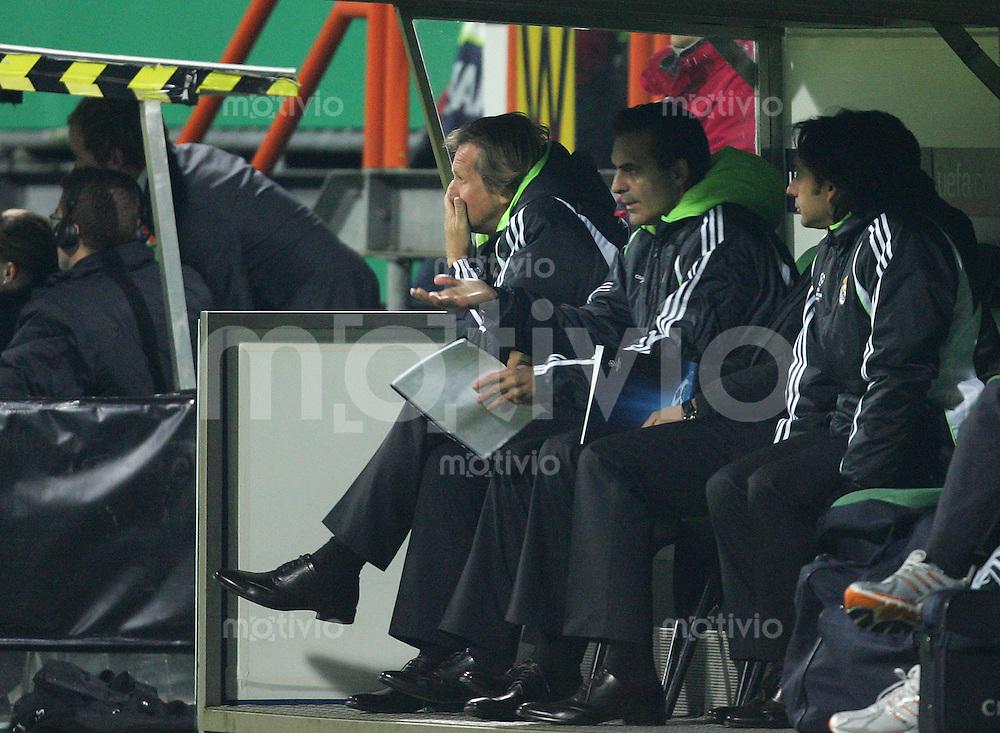 28.11.07 UEFA Champions League 2007/08 Gruppenphase SV Werder Bremen - Real Madrid Trainer Bernd SCHUSTER (Real, l) enttaeuscht auf der Bank.