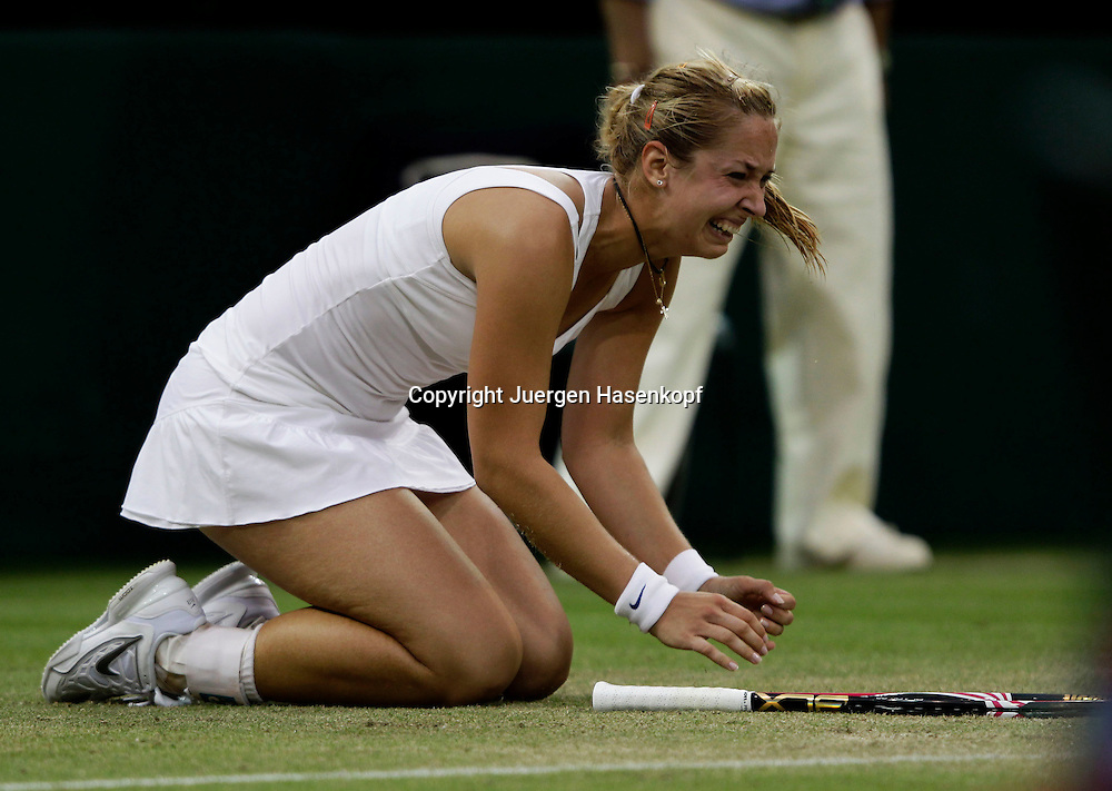 Wimbledon Championships 2011, AELTC,London,.ITF Grand Slam Tennis Tournament, Sabine Lisicki (GER) faellt auf die Knie und jubelt nach ihrem Sieg,Jubel, Emotion, Einzelbild,Aktion,Ganzkoerper,.Querformat,
