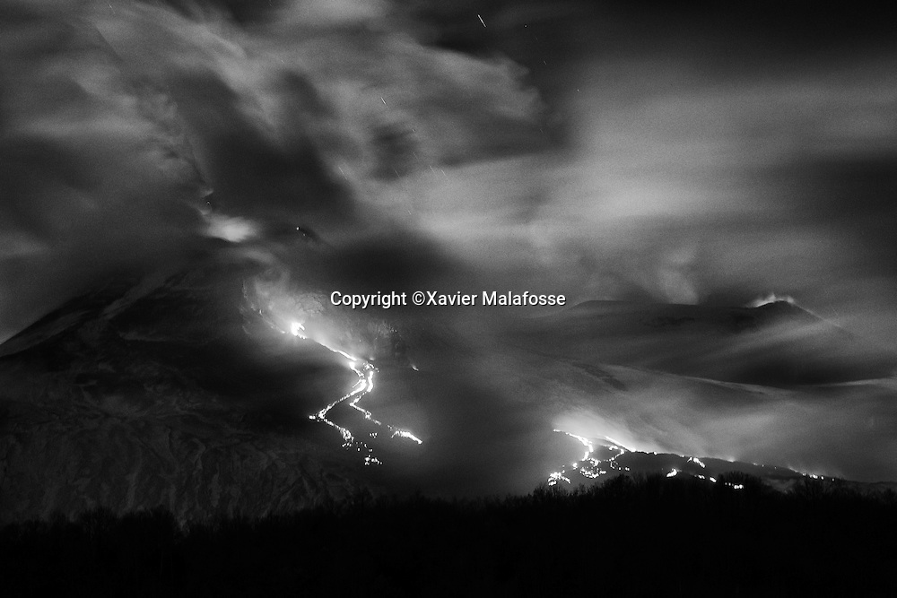 Eruption de l'Etna vue depuis le fond de la Valle del Bove, a proximite de Milo.