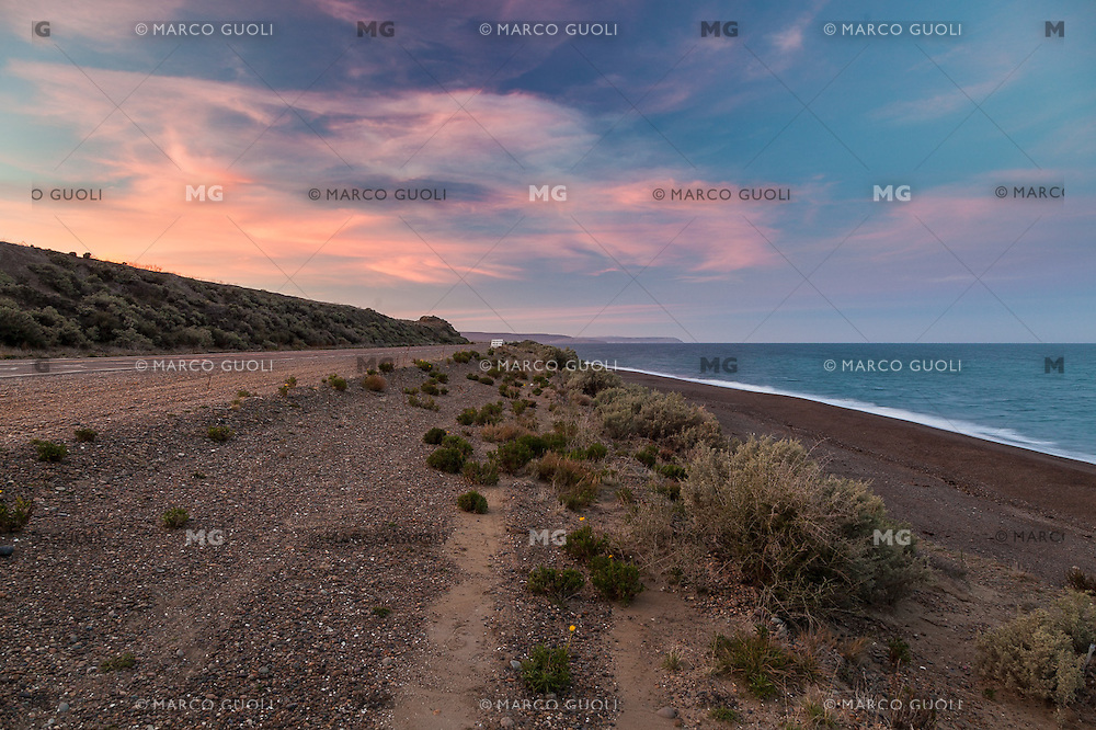 ATARDECER EN LA COSTA ATLANTICA ENTRE COMODORO RIVADAVIA Y CALETA OLIVIA, PROVINCIA DEL CHUBUT, PATAGONIA, ARGENTINA (PHOTO BY © MARCO GUOLI - ALL RIGHTS RESERVED. CONTACT THE AUTHOR FOR ANY KIND OF IMAGE REPRODUCTION)