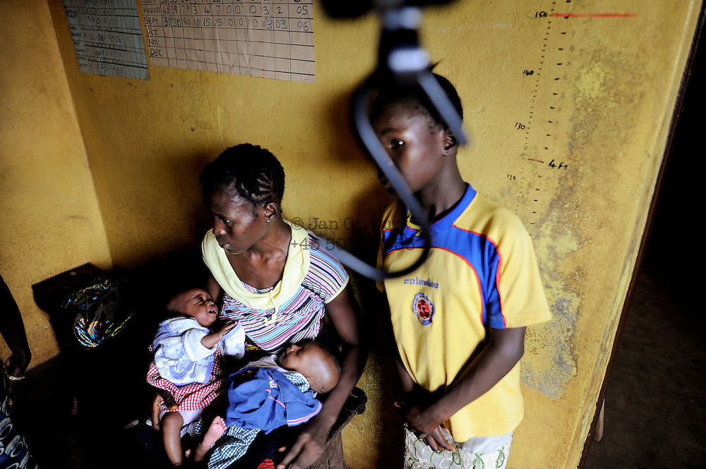 A woman and her children are waiting to being weighed at the health care centre in Marbella slum, Freetown, Sierra Leone. Health care for pregnant women and young children is free since the beginning of 2010.