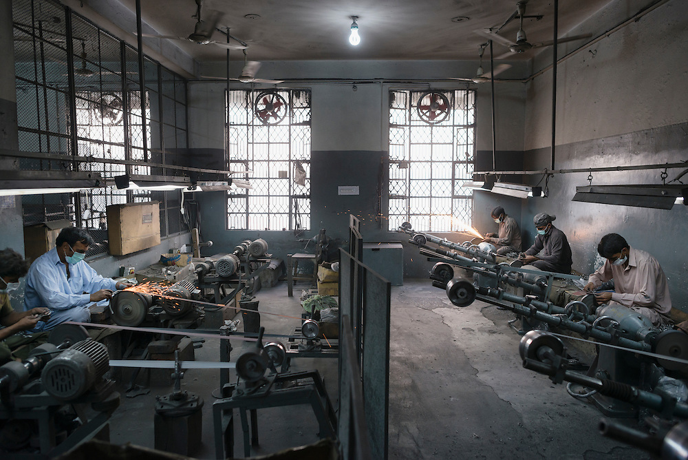 20141027 Sialkot<br /> The larger factories in direct contact with Swedish buyers have shown improvements with better lighting and ventilation. But there is still work to be done regarding safety equipment.<br /> Foto: Vilhelm Stokstad / Kontinent
