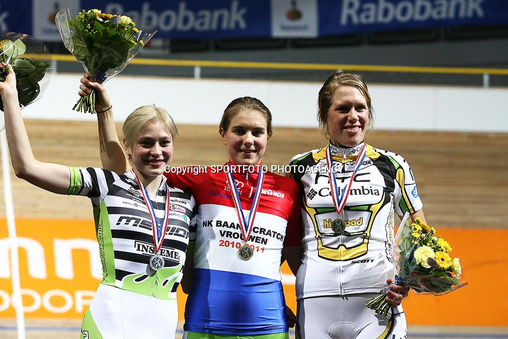 podium NK scratch kampioen Winanda Spoor, zilver Roxane Kneteman en brons voor Ellen van Dijk